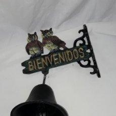 Antigüedades: CAMPANA DE HIERRO CON BIENVENIDOS Y PAREJA DE BÚHOS. Lote 176750298