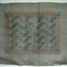 Antigüedades: ANTIGUA TELA DE CAÑAMAZO CON MOTIVO ART DECO PARA BORDAR 58 CM. X 48 CM.. Lote 176774167