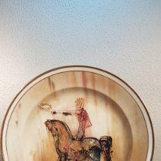Antigüedades: IMPRESIONANTE PLATO DALI 39 CM CON LA OBRA HOMBRE A CABALLO REPRESENTANDO EL TRIUNFO. FECHADO 1970.. Lote 176779358
