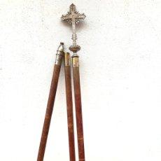 Antigüedades: BACULO O VARA O BARRA DE COFRADIA O PROCESION CON REMATE EN FORMA DE CRUZ - DESMONTABLE - 220 CM. Lote 176783569