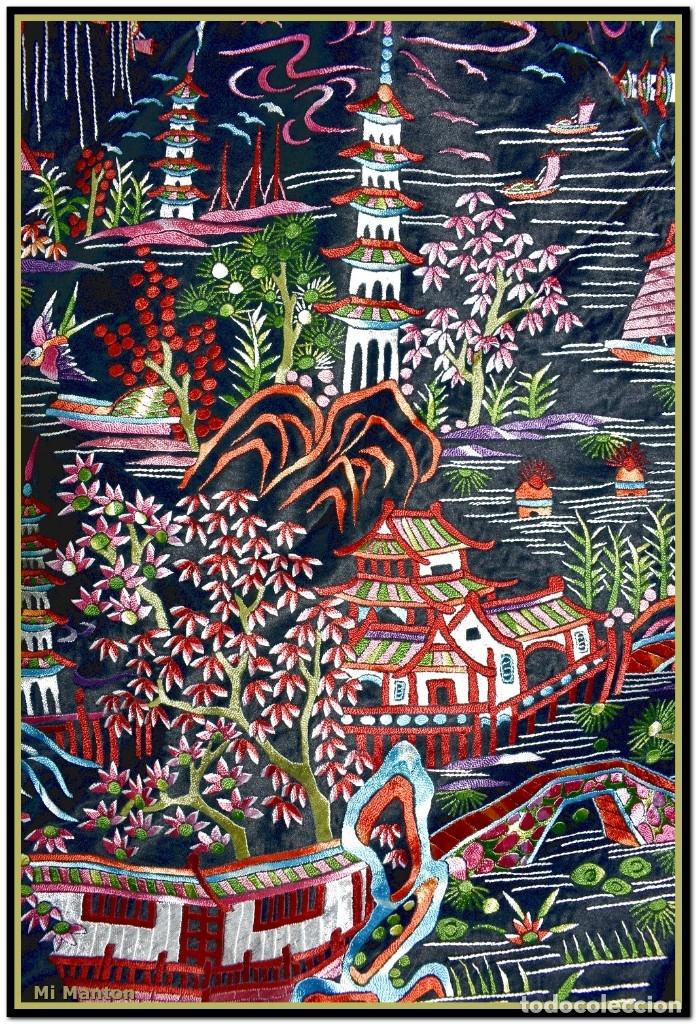 Antigüedades: Mantón de manila negro chinesco con dibujos orientales raso de seda bordado a mano - Foto 2 - 174380234