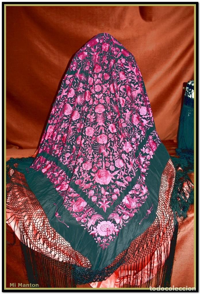 Antigüedades: Mantón de Manila seda bordada a mano negro y fucsia - Foto 4 - 176791193