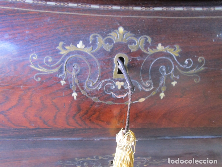 Antigüedades: Antigua Cómoda Bombeada, isabelina - Madera Jacarandá - Marquetería en Latón - S. XIX - Foto 17 - 176834147