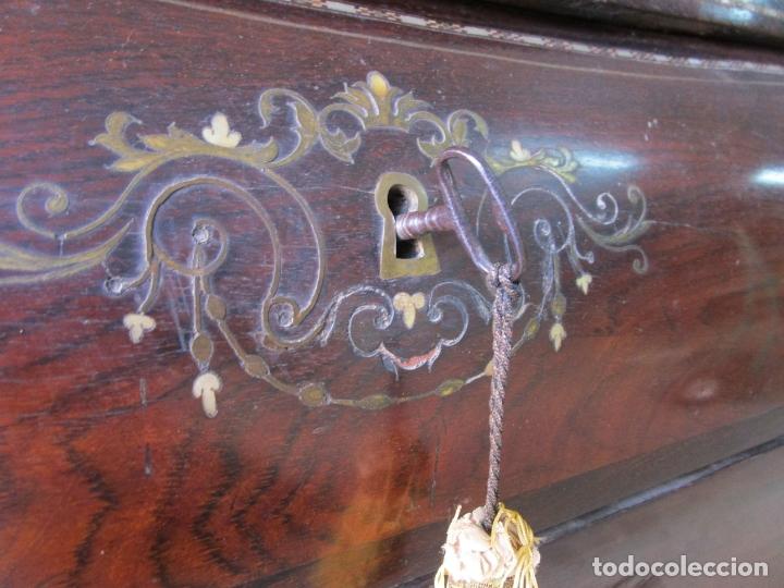 Antigüedades: Antigua Cómoda Bombeada, isabelina - Madera Jacarandá - Marquetería en Latón - S. XIX - Foto 18 - 176834147