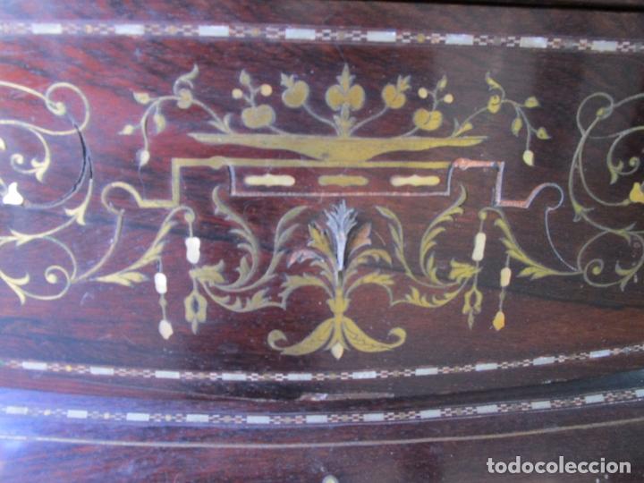 Antigüedades: Antigua Cómoda Bombeada, isabelina - Madera Jacarandá - Marquetería en Latón - S. XIX - Foto 24 - 176834147