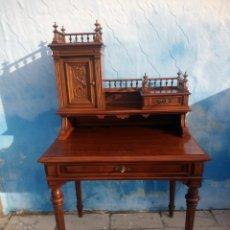 Antigüedades: ANTIGUO ESCRITORIO DE MADERA DE ROBLE, CON TALLAS REPUJADO.. Lote 176863455