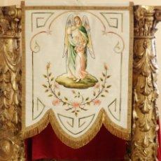 Antigüedades: ESTANDARTE DE SEDA EN EL QUE APARECE UNA IMAGEN DEL ÁNGEL DE LA GUARDA. 92 X 69 CM. HACIA 1900.. Lote 176866829