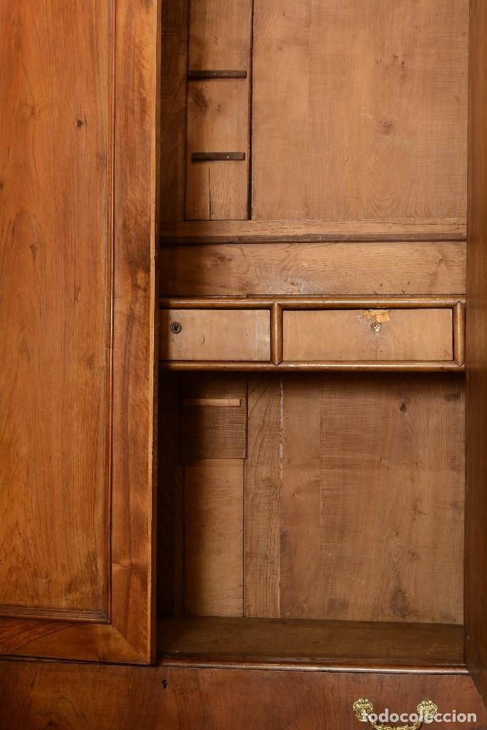 Antigüedades: Armario. Madera de nogal tallada, metal. Siglo XIX. - Foto 3 - 176902958