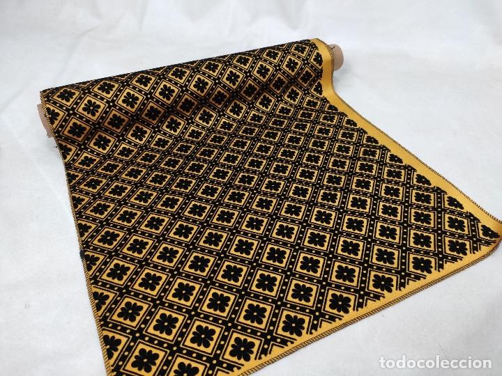 Antigüedades: Tejido de terciopelo de muestras de fondo amarillo y dibujo en negro. - Foto 2 - 176905478