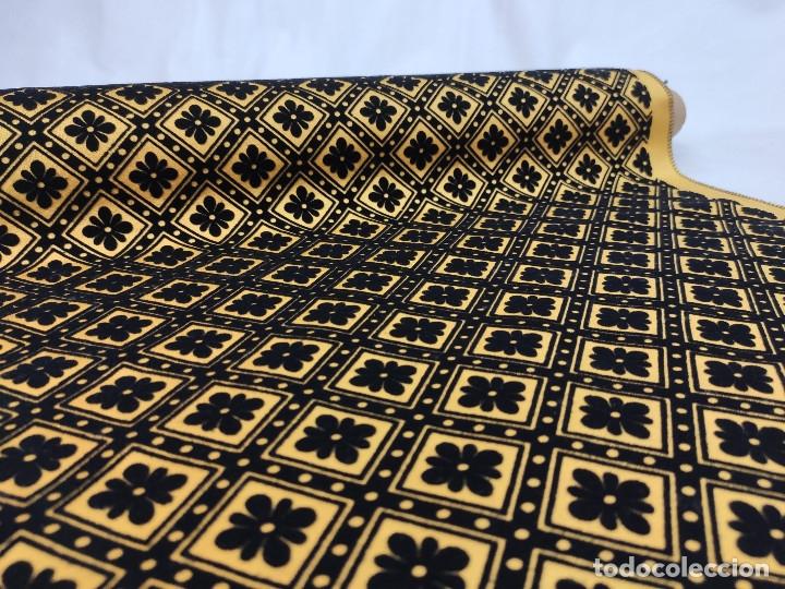 Antigüedades: Tejido de terciopelo de muestras de fondo amarillo y dibujo en negro. - Foto 3 - 176905478
