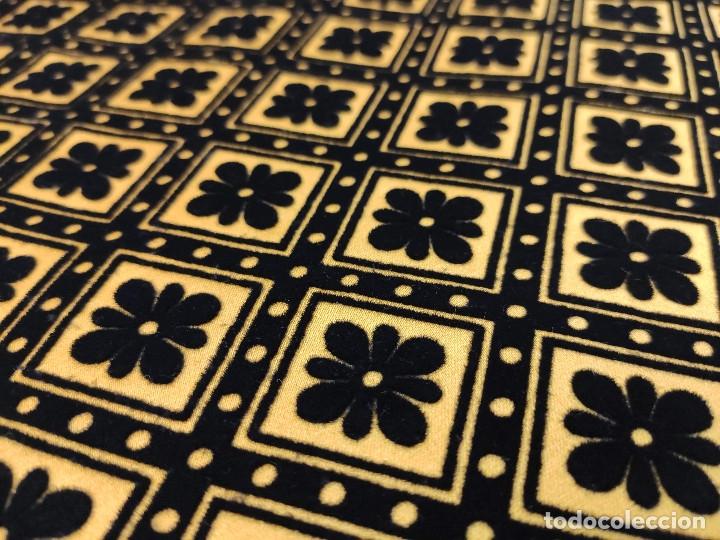 Antigüedades: Tejido de terciopelo de muestras de fondo amarillo y dibujo en negro. - Foto 4 - 176905478
