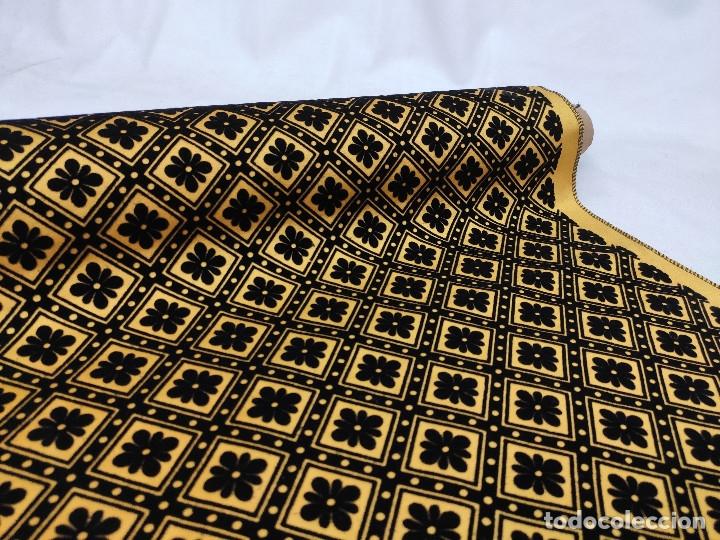 Antigüedades: Tejido de terciopelo de muestras de fondo amarillo y dibujo en negro. - Foto 6 - 176905478