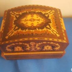 Antigüedades: JOYERO MUSICAL DE MADERA. Lote 176908980