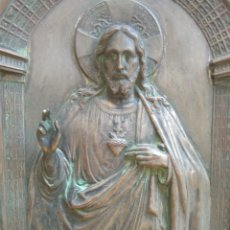 Antigüedades: ANTIGUO SAGRADO CORAZON DE JESUS EN LATON REPUJADO ENMARCADO COMO CUADRO.EN RELIEVE.. Lote 176921389