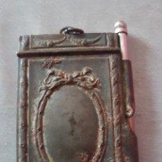 Antigüedades: ANTIGUA LIBRETA AGENDA COLGANTE DE METAL CON LÁPIZ. AÑO 1932. Lote 176929174