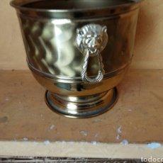 Antigüedades: CUBRE MACETAS DE LATON. Lote 176979010