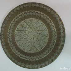 Antigüedades: GRAN BANDEJA - PLATO - BRONCE CINCELADO - 38 CM DIÁMETRO. Lote 176996992