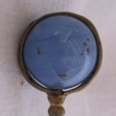 Antigüedades: ANTIGUA AGUJA DE SOMBRERO. METAL CON ESFERA DE VIDRIO AZUL. DIÁM.ESFERA 1,5 CM. Lote 177028065