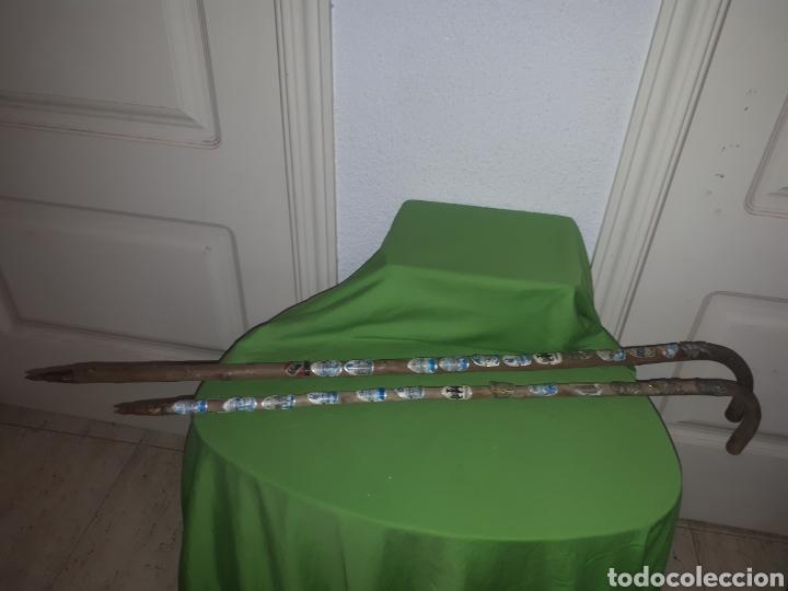 PAREJA DE BASTONES CACHA CAMINANTES MONTAÑA CON INSIGNIAS DE CIUDADES ALEMANAS Y RIBEREÑAS (Antigüedades - Moda - Bastones Antiguos)