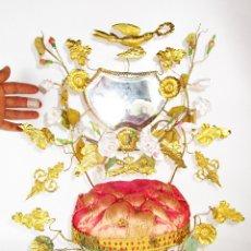 Antigüedades: PIEZON!!!! ESPEJO ANTIGUO ISABELINO DE LOS LLAMADOS DE NOVIAS, COMPLETO, CON FLORES DE CERAMICA . Lote 177043514