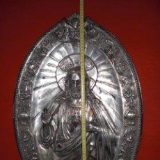 Antigüedades: SAGRADO CORAZÓN DE JESÚS ANTIGUA GRAN PLACA EN RELIEVE 68 X 44 CM.. Lote 177056827