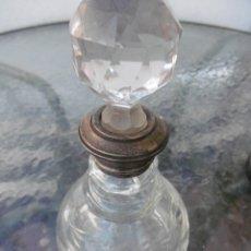 Antigüedades: PRECIOSA BOTELLA TALLADA CON CUELLO PLATA. Lote 177057999