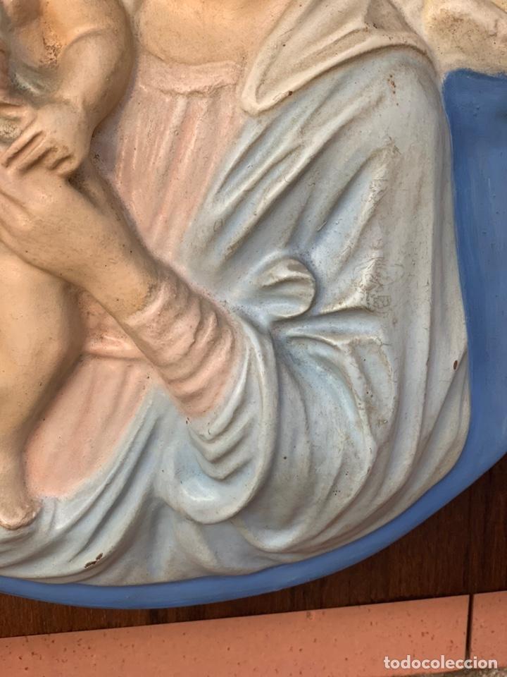 Antigüedades: VIRGEN DE ESCAYOLA SOBRE TABLA - Foto 4 - 177065623