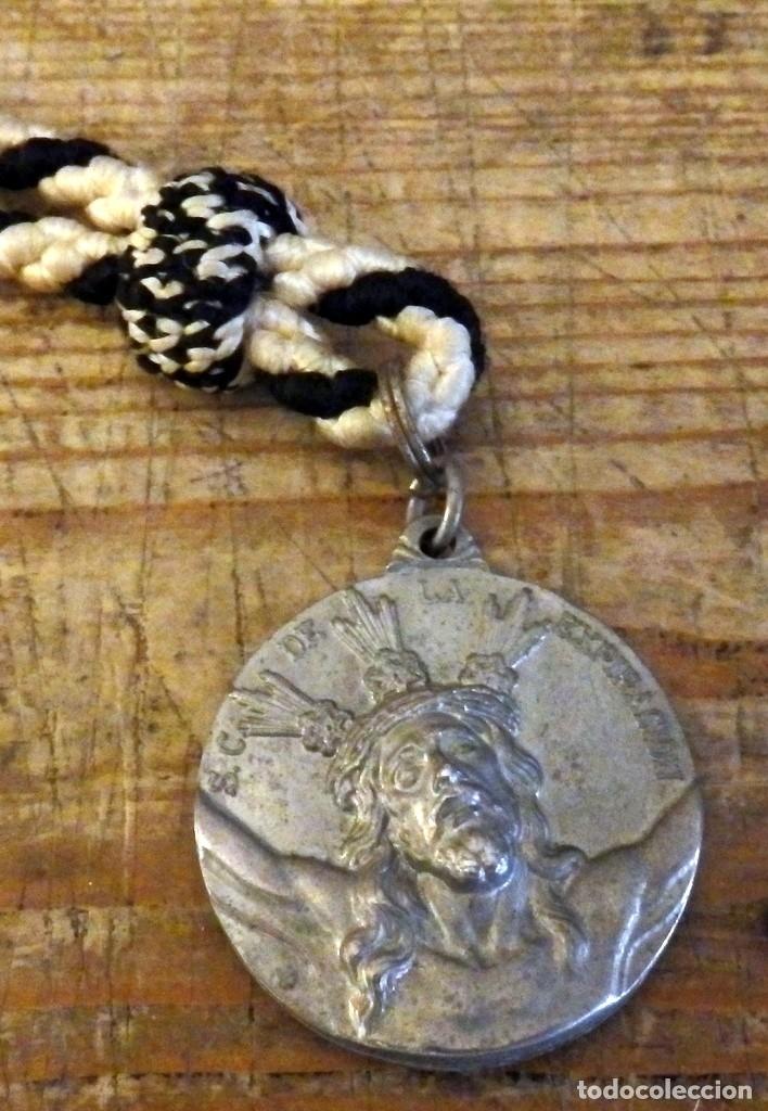 MEDALLA CON CORDON DE LA HERMANDAD DEL CACHORRO SEMANA SANTA DE SEVILLA (Antigüedades - Religiosas - Medallas Antiguas)