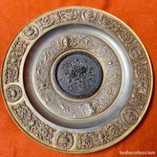 Antigüedades: PLATO DE BRONCE CINCELADO, 32,5 CM. Lote 177319839