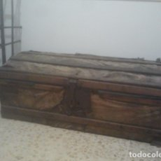 Antigüedades: ESPECTACULAR BAÚL DE CARRUAJE - SIGLO XVIII - ENCORADO EN PERGAMINO - CON HIERROS DE ORIGEN. Lote 177383762