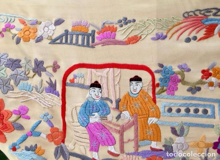 Antigüedades: Mantón de Manila antiguo cantonés en seda a mano con figuras chinas, animales y pagodas de 1870 - Foto 4 - 177388602
