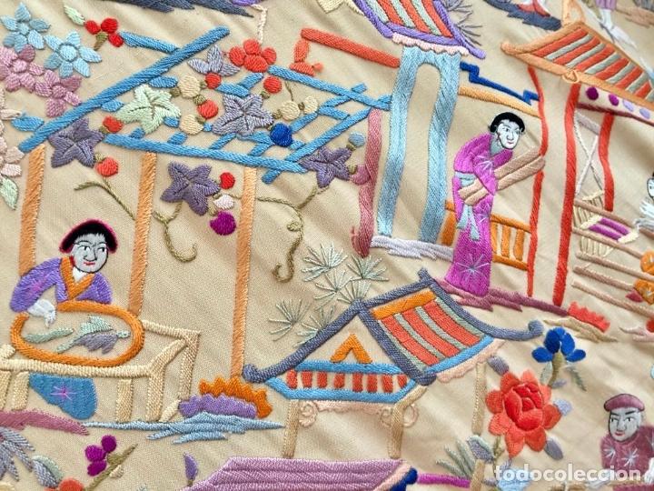 Antigüedades: Mantón de Manila antiguo cantonés en seda a mano con figuras chinas, animales y pagodas de 1870 - Foto 9 - 177388602