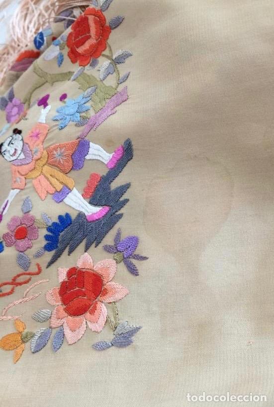 Antigüedades: Mantón de Manila antiguo cantonés en seda a mano con figuras chinas, animales y pagodas de 1870 - Foto 24 - 177388602
