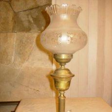 Antigüedades: LÁMPARA ANTIGUA, METAL Y CRISTAL PARA MESITA DE NOCHE O AUXILIAR. Lote 182980178