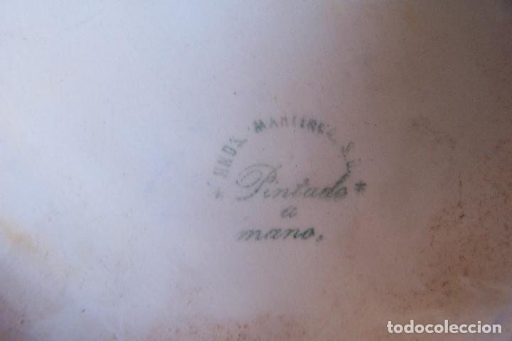 Antigüedades: BENDITERA DE CERÁMICA PINTADA A MANO, HNOS. MARTÍNEZ - MANISES. 27 CM DE ALTURA. - Foto 4 - 177420948