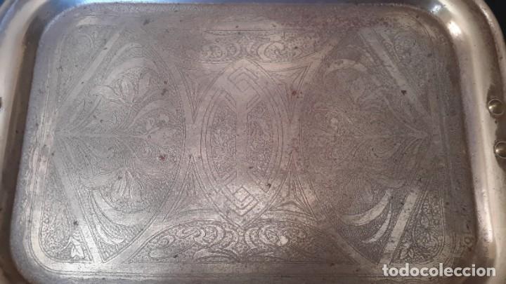 BANDEJA ANTIGUA DE ACERO GRABADA CON ARABESCOS (Antigüedades - Hogar y Decoración - Bandejas Antiguas)