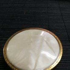 Antigüedades: ANTIGUA CAJITA POLVERA LATON TAPA NACARADA MAQUILLAJE. Lote 177437648