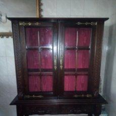 Antigüedades: ANTIGUA VITRINA DE MADERA NOBLE TALLADA A MANO,BISAGRAS DE BRONCE,CON 2 CAJONES.SIGLO XIX,. Lote 177515889