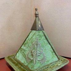 Antigüedades: ESPECTACULAR PIRAMIDE ENERGETICA EN TERCIOPELO Y BORDADOS EN HILO DE ORO. . Lote 177516042
