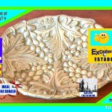 Antigüedades: BANDEJA / CENTRO DE MESA EN BRONCE MODERNISTA - MOTIVOS FRUTALES - UVAS / HOJAS DE PARRA - EXCELENTE. Lote 177524482