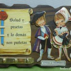 Antigüedades: ANTIGUO CUELGA LLAVES RECUERDO DE SALAMANCA CON DIBUJOS DE CHARROS EN RELIEVE . MADERA. AÑOS 50 - 60. Lote 177611994