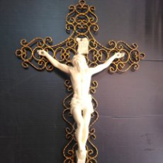 Antigüedades: ANTIGUO CRUCIFIJO, CRUZ DE METAL Y CRISTO RESINA. Lote 177626707