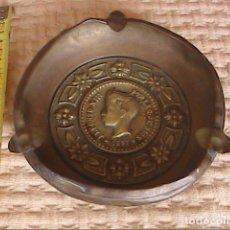 Antigüedades: CENICERO EN BRONCE CON MEDALLÓN DEL REY ALFONSO XIII NIÑO. 1897.. Lote 177656130