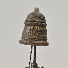 Antigüedades: ORIGINAL Y ORNAMENTADA CAMPANA LLAMADOR DE METAL. FIGURA DE ENANO. BAÑO PLATEADO.. Lote 177660274