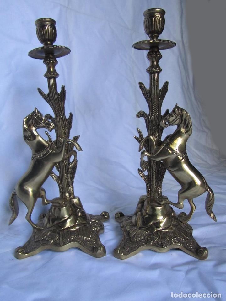 Antigüedades: Magnífica pareja de portavelas en bronce con caballos (32 cm de altura) - Foto 2 - 177671009