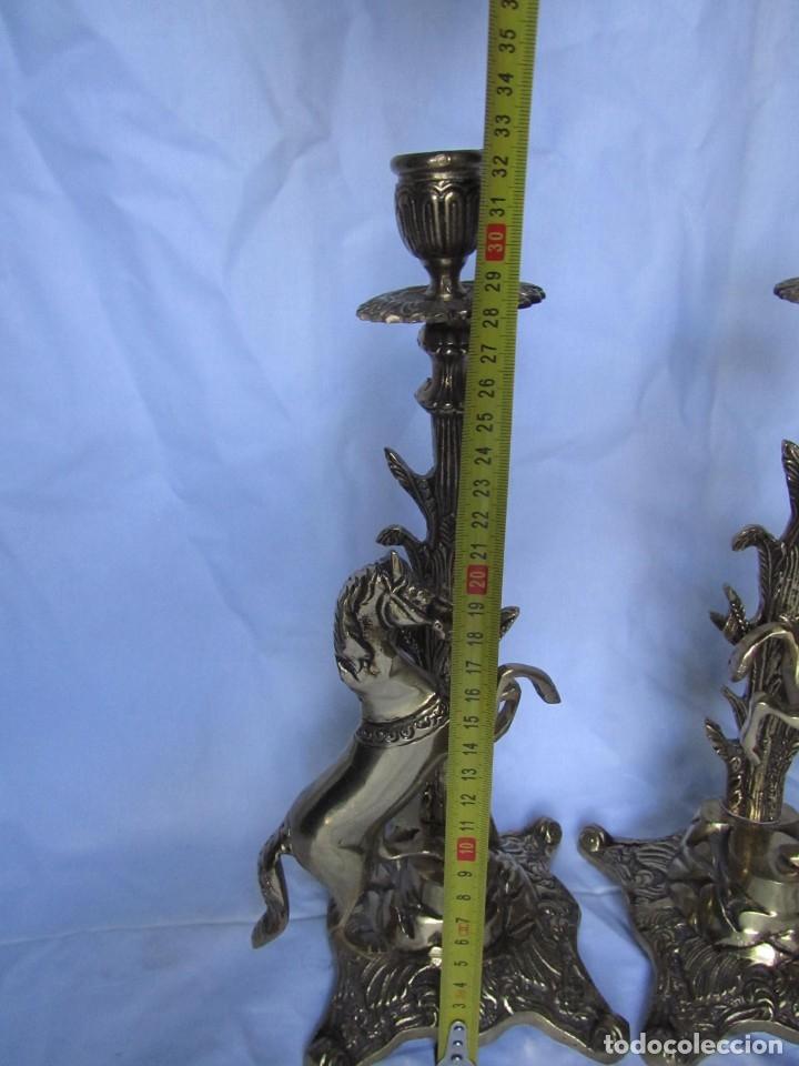 Antigüedades: Magnífica pareja de portavelas en bronce con caballos (32 cm de altura) - Foto 4 - 177671009