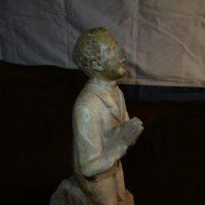 Antigüedades: ANTIGUA FIGURA DE NIÑO ARRODILLADO REZANDO, OLOT.. Lote 177694807