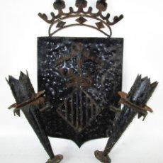 Antigüedades: LAMPARA APLIQUE ANTIGUO DE PARED HIERRO FORJADO ESCUDO DE VALENCIA TIPO MEDIEVAL. Lote 177707479
