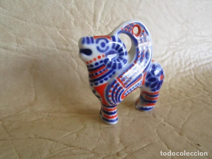 Antigüedades: pequeña figura colgante porcelana sargadelos carnero - Foto 2 - 177719709