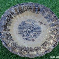 Antigüedades: ANTIGUA FUENTE ENSALADERA DEL SIGLO XIX CON SELLO LA CARTAGENERA CON 2 SELLOS - ESCENAS CAZA - 30 CM. Lote 177724820